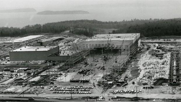 A Boeing teve de construir a nova fábrica ao mesmo tempo em que projetava o modelo 747 (Foto: Getty Images via BBC News Brasil)