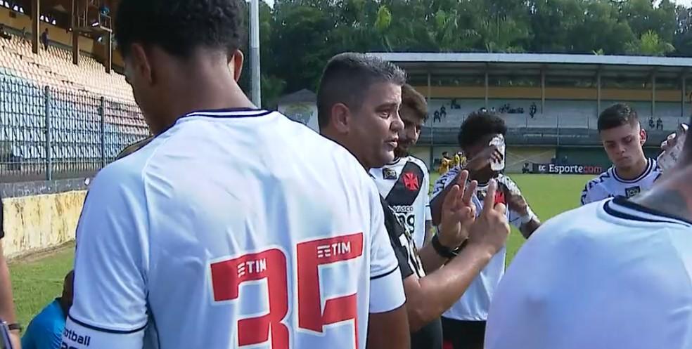 Marcelo Cabo orienta a equipe na parada técnica: depois de abrir 2 a 0, Vasco cedeu empate ao Madureira — Foto: Reprudução / Vasco TV