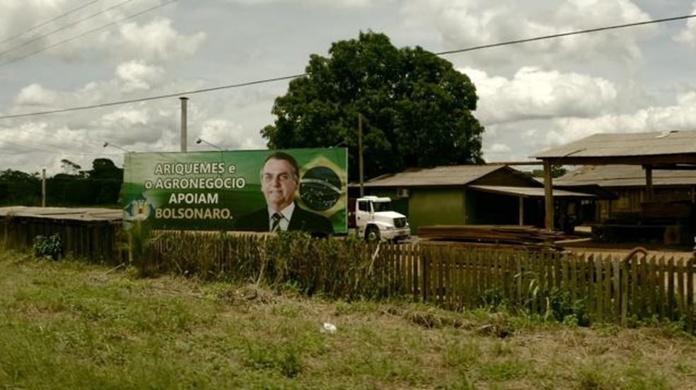 Outdoor dentro de serraria em Ariquemes (RO); Jair Bolsonaro recebeu 72% dos votos no segundo turno em Rondônia. — Foto: BBC