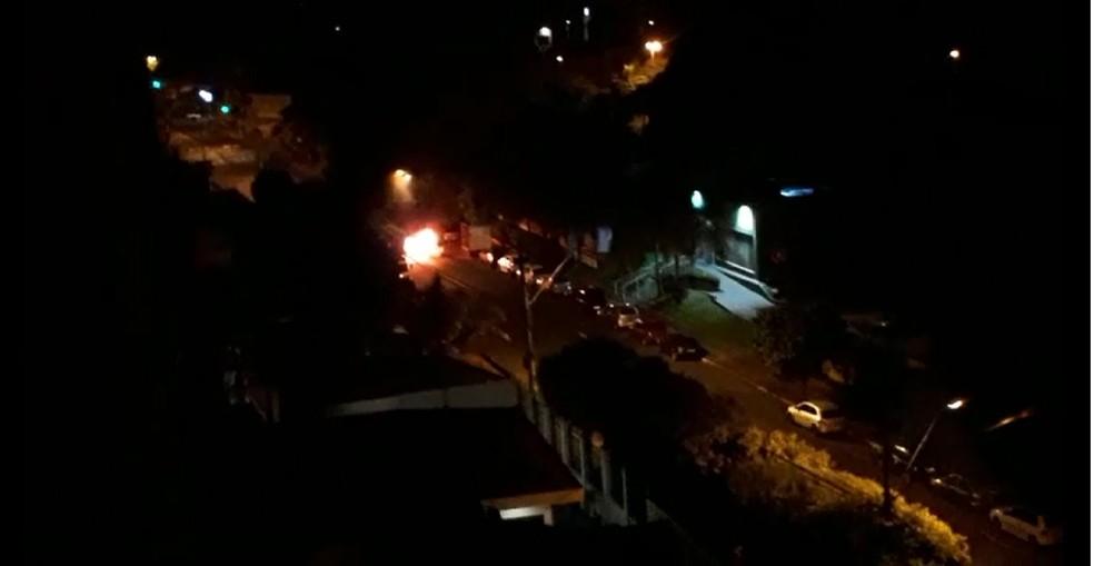 Imagem mostra carro incendiado pela quadrilha na Rua Niterói em Ribeirão Preto (SP) — Foto: Divulgação