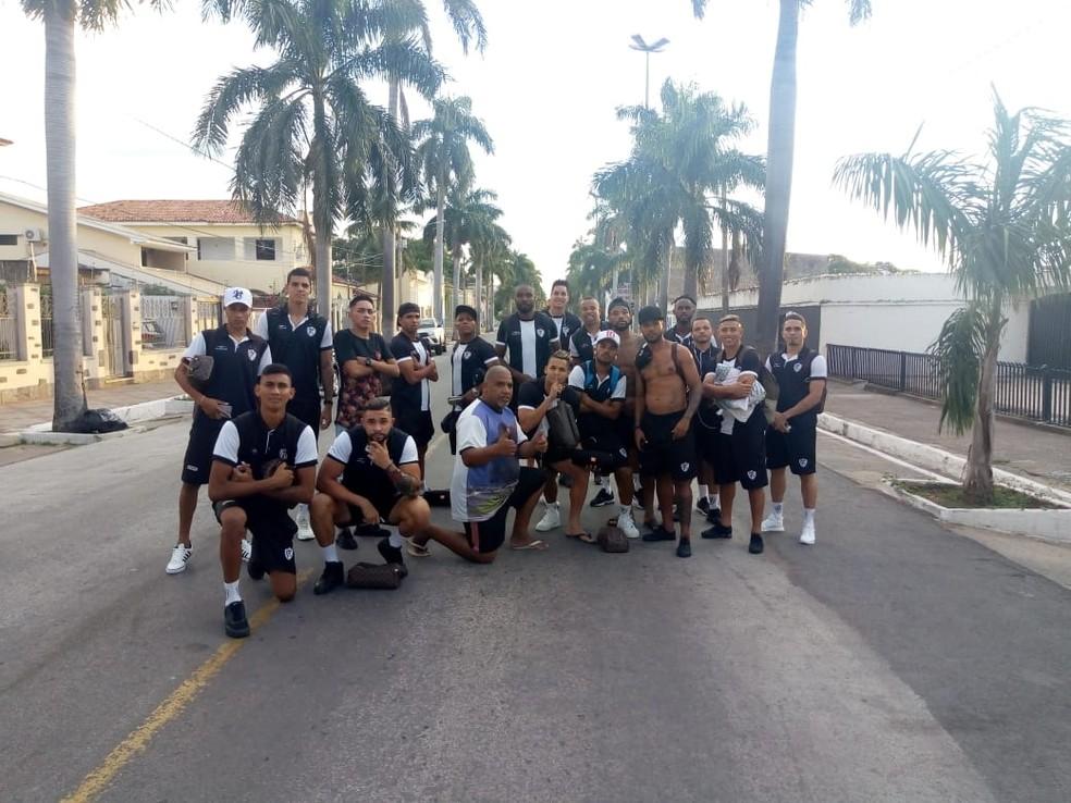 Jogadores do Corumbaense, reunidos em frente ao estádio Arthur Marinho, onde chegaram a pé — Foto: Redes sociais/Reprodução