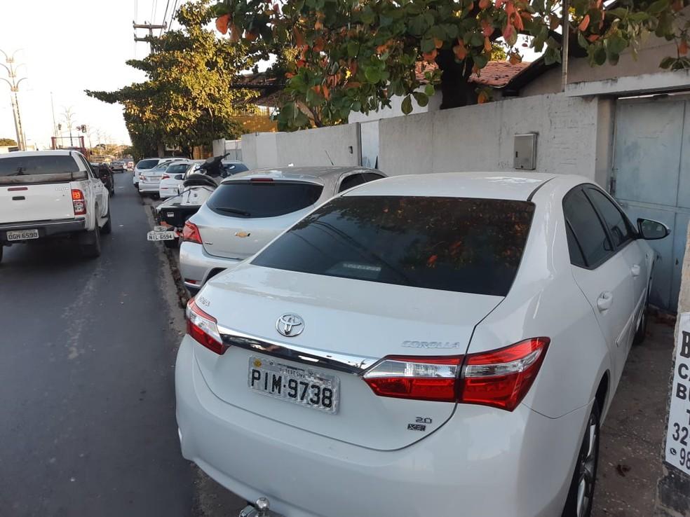 Carros de luxo foram apreendidos na casa do suspeito de chefiar quadrilha de tráfico de drogas — Foto: Lucas Marreiros/G1 PI