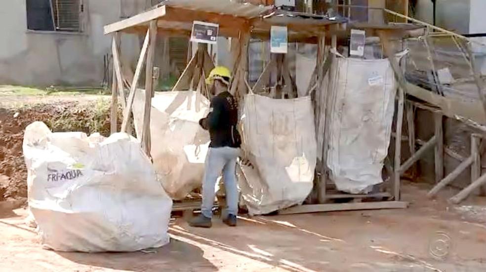 Construtora investe na separação de todo o material que deve ser encaminhado à reciclagem — Foto: TV TEM/Reprodução
