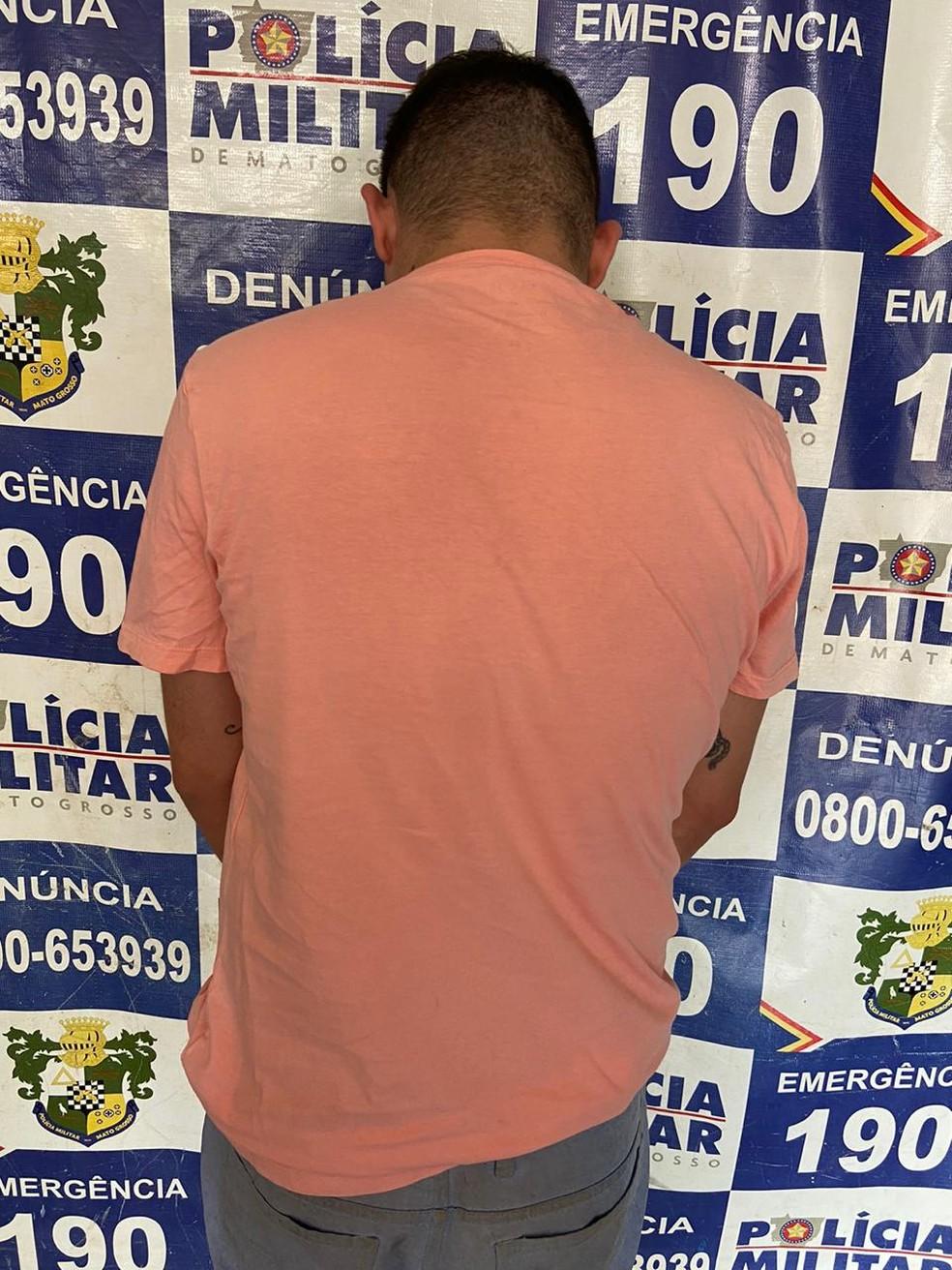 Suspeito foi encontrado pela polícia e preso — Foto: Polícia Militar/Divulgação