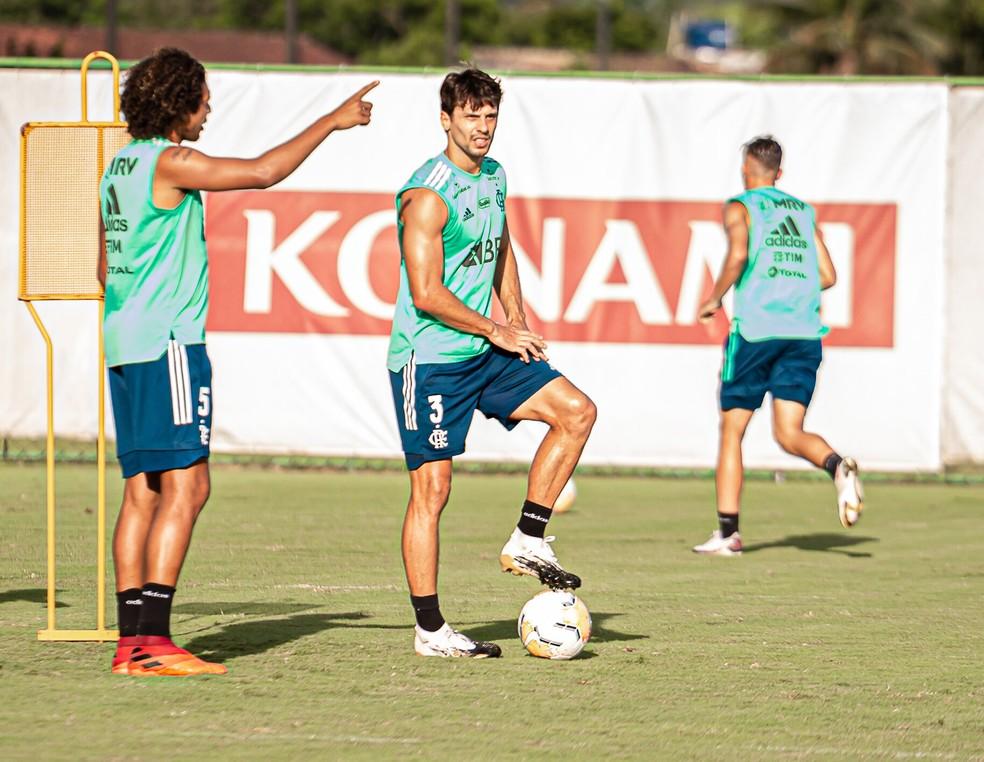 Rodrigo Caio no treino de segunda-feira, no Ninho — Foto: Paula Reis / Flamengo