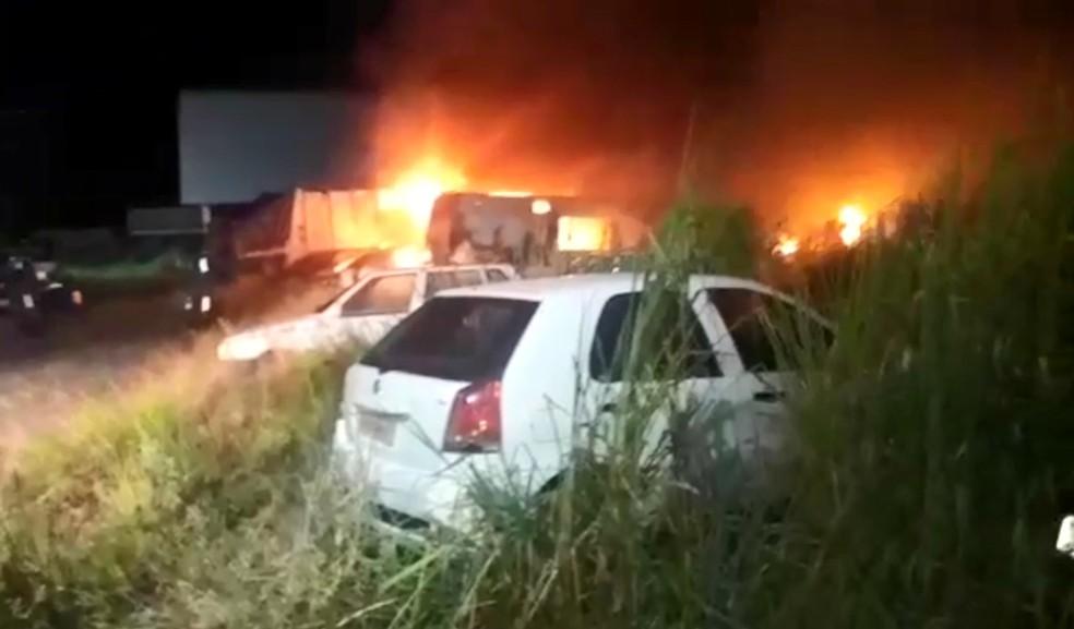 Incêndio atingiu pátio da prefeitura de Porto Seguro — Foto: Site Na Mídia News