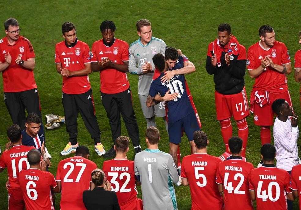 Neymar recebe o abraço de Lewandowski, após a final da Champions — Foto: UEFA / Getty Images