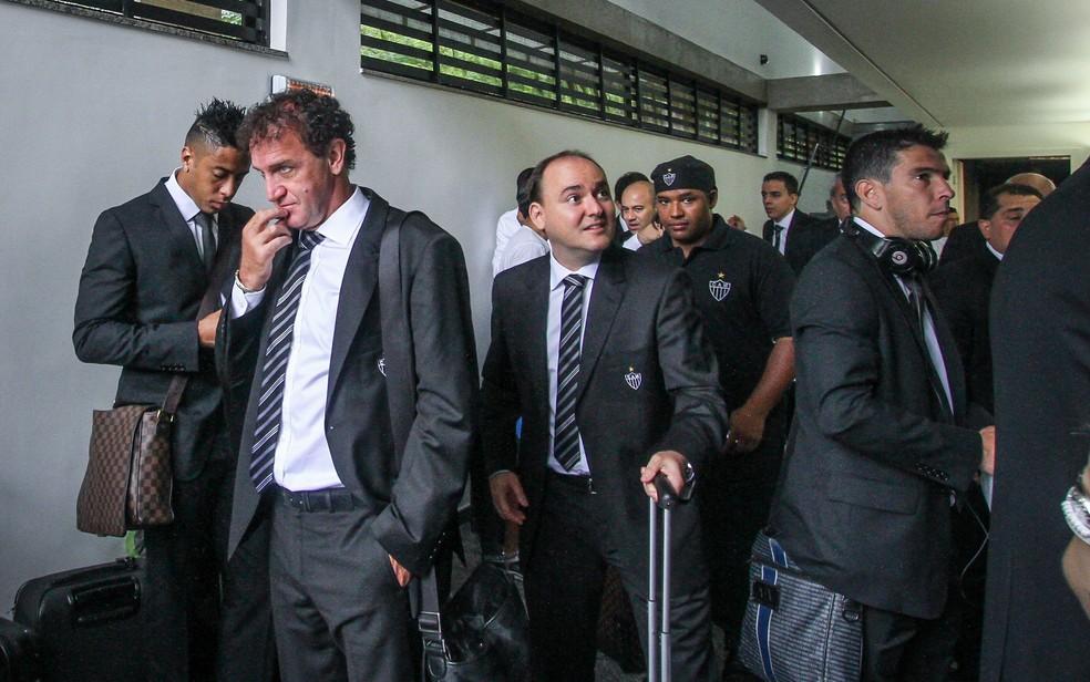 Cuca na delegação do Atlético para a viagem até Marrocos — Foto: Bruno Cantini/Atlético-MG