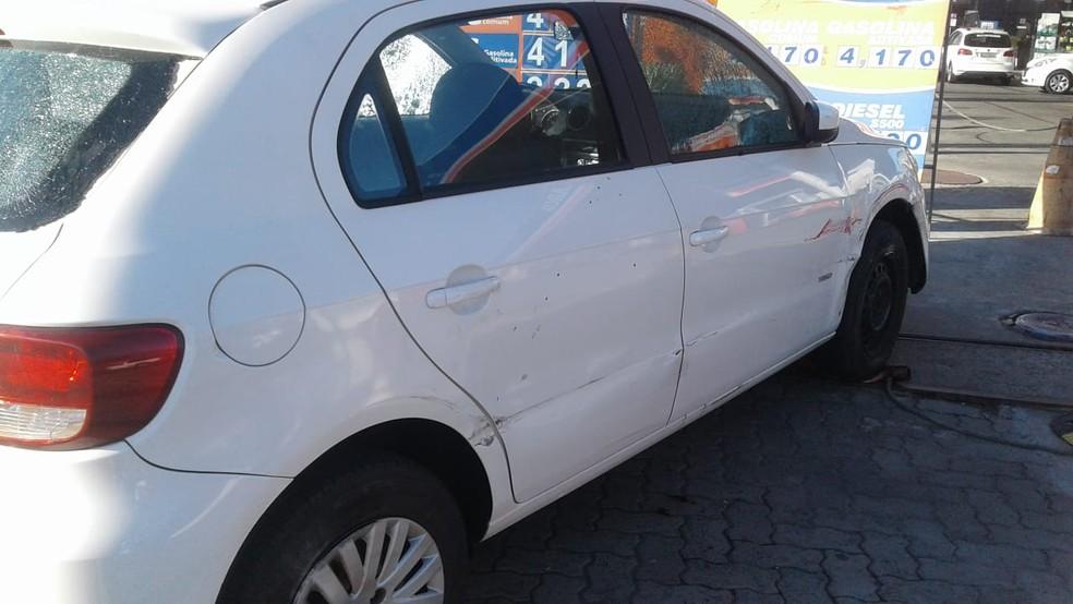 Veículos foi usado por bandidos para fazer arrastão na região de Itapuã, em Salvador (Foto: Tiago Ferreira/ TV Bahia)
