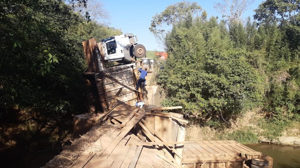 Ponte cedeu e caminhão com 35 toneladas de cana caiu no Rio Corumbataí entre Piracicaba e Rio Claro — Foto: Edijan Del Santo/EPTV