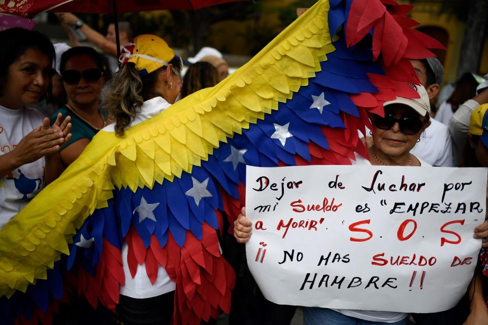 Manifestantes protestam em Caracas contra falta de remédios na Venezuela nesta quarta-feira (14) — Foto: Federico Parra/AFP