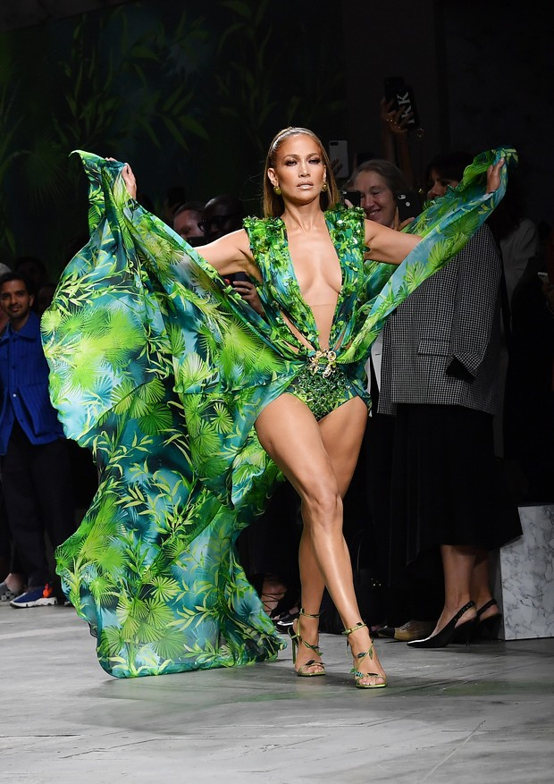 Jennifer Lopez no desfile da Versace (Foto: Getty Images)