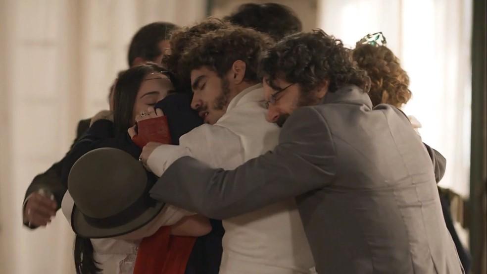 Todos comemoram a descoberta de Joaquim (Chay Suede) ser irmão de Dom Pedro (Caio Castro), em 'Novo Mundo' — Foto: TV Globo