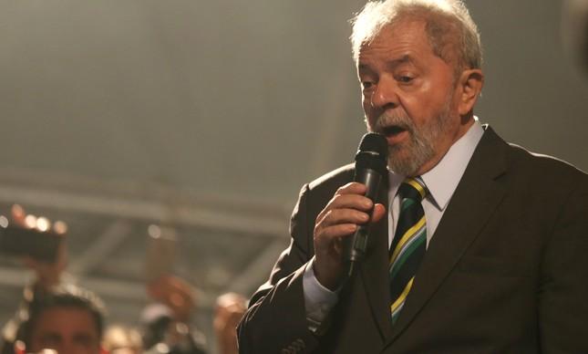 Lula discursa em ato em Curitiba (Foto: Paulo Whitaker/Reuters)