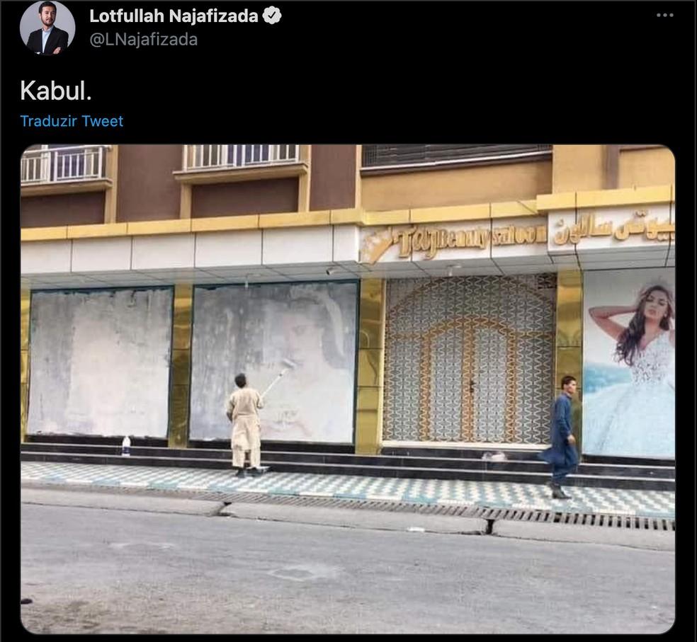 Imagem sem data publicada em rede social mostra uma fachada de loja sendo repintada — Foto: Reprodução/Twitter/Lotfullah Najafizada