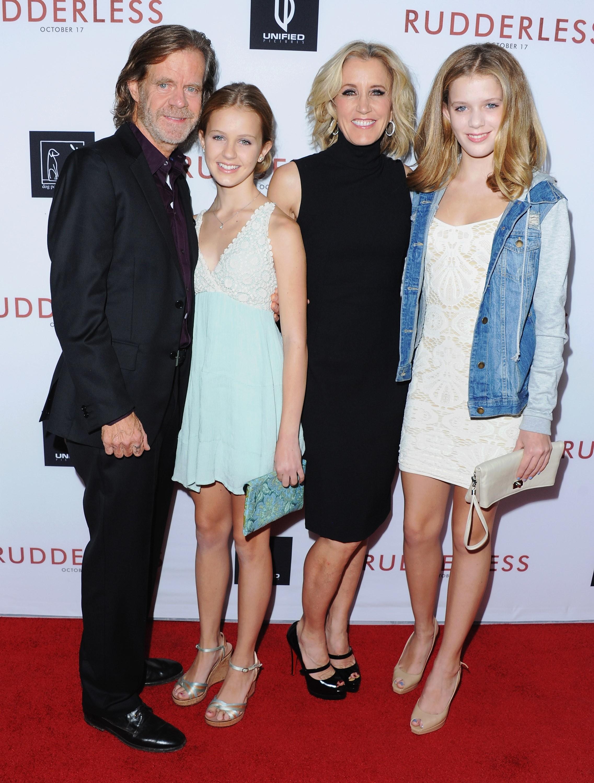 A atriz Felicity Huffman com o marido, o ator William H. Macy, e as filha deles, Georgia Macy e Sofia Macy, em 2014 (Foto: Getty Images)