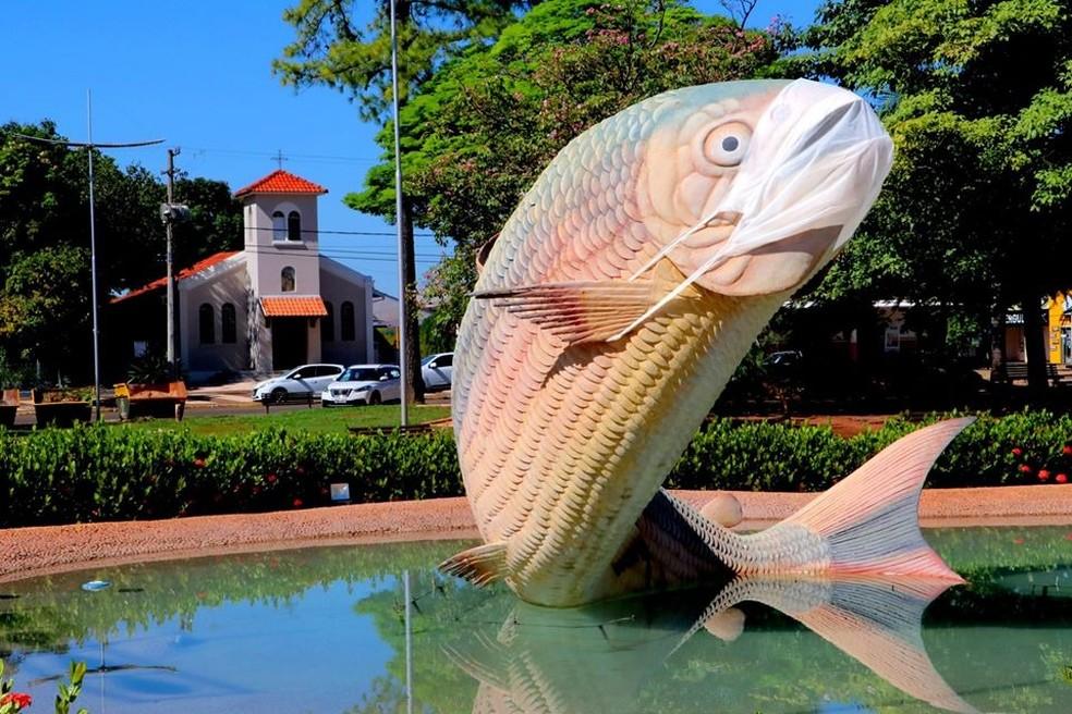 """Escultura """"Piraputanga"""", em Bonito (MS), recebeu máscara nesta sexta-feira (15) — Foto: Prefeitura de Bonito/Divulgação"""