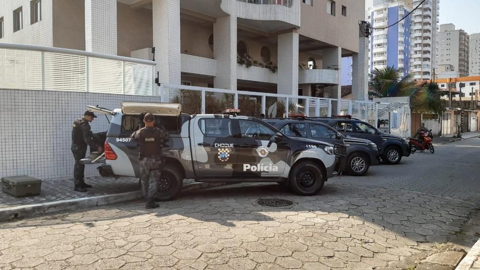 Grupo de Ações Táticas Especiais foi acionado após explosivos serem encontrados em endereço no litoral paulista — Foto: Nina Barbosa/TV Globo