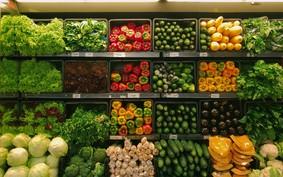 Um guia de alimentos baratos e versáteis para manter na cozinha
