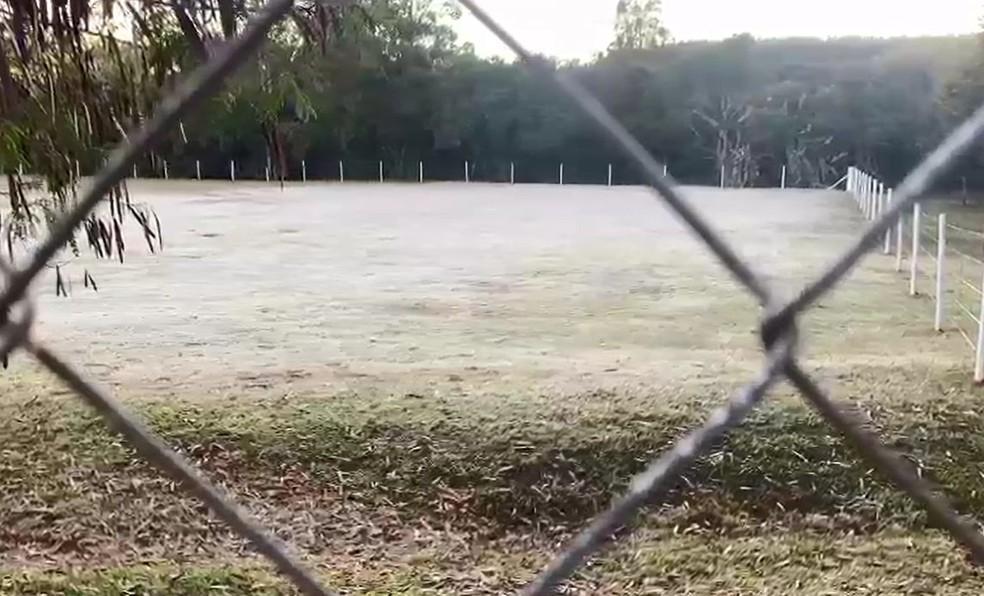 Geada deixou a grama branca no estádio em Itatinga  — Foto: Gabriela Prado/ TV TEM