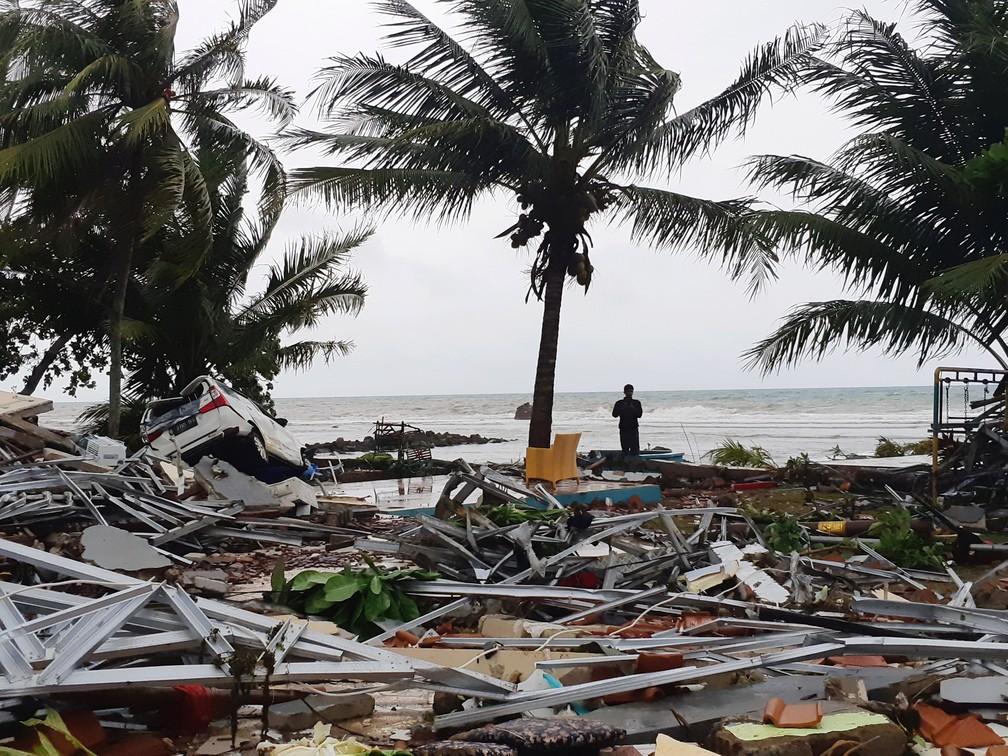 Homem entre os escombros, na praia de Pandeglang, após tsunami na Indonésia — Foto: REUTERS/Adi Kurniawan