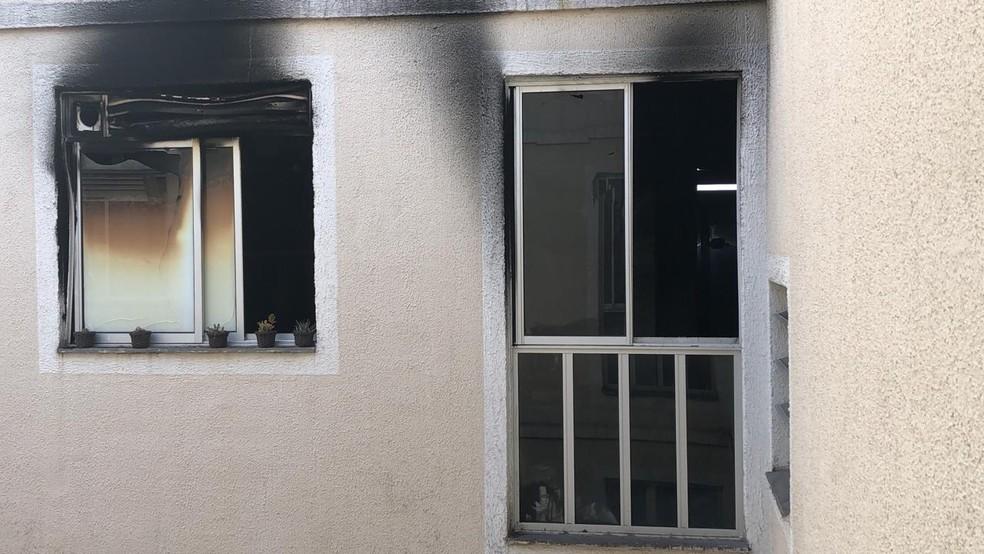 Janelas do imóvel foram atingidas pelas chamas  — Foto: Reprodução/WhatsApp TV Rio Sul