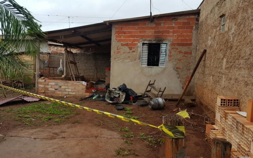 -  Casa atingida por incêndio foi isolada, em Goiânia  Foto: Thaís Luquesi/TV Anhanguera