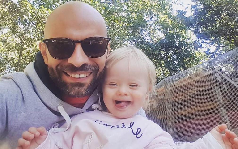 Luca Trapanese estava determinado a adotar uma criança com deficiência — Foto: Reprodução/Facebook/Luca Trapanese