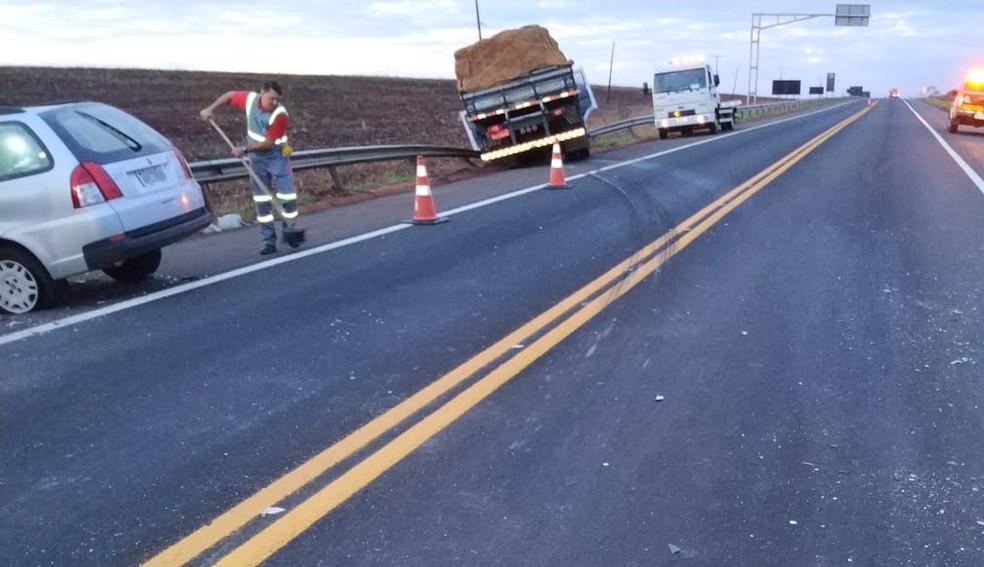 Acidente entre carro e caminhão deixou um morto na PR-323, em Sertanópolis, na madrugada desta sexta-feira (2) — Foto: PRE-PR/Divulgação