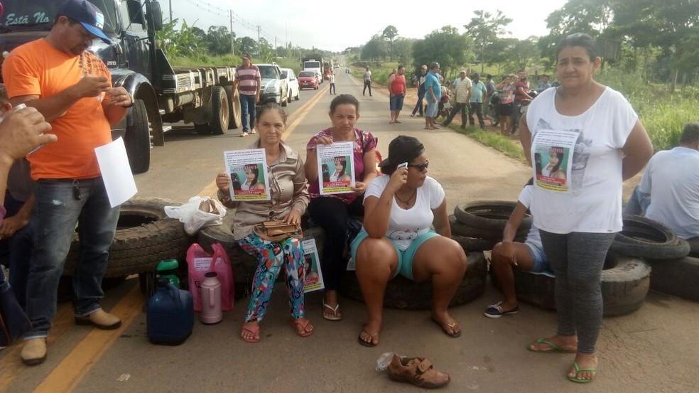 Familiares e amigos bloquearam rodovia com pneus (Foto: Rondônia Vip/Reprodução)