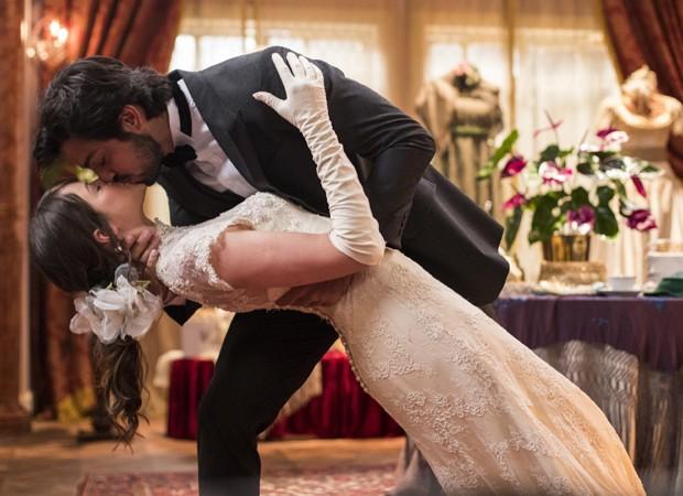 Agatha Moreira e Rodrigo Simas interpretam Ema e Ernesto na novela Orgulho e Paixão (Foto: Victor Pollak/TV Globo)