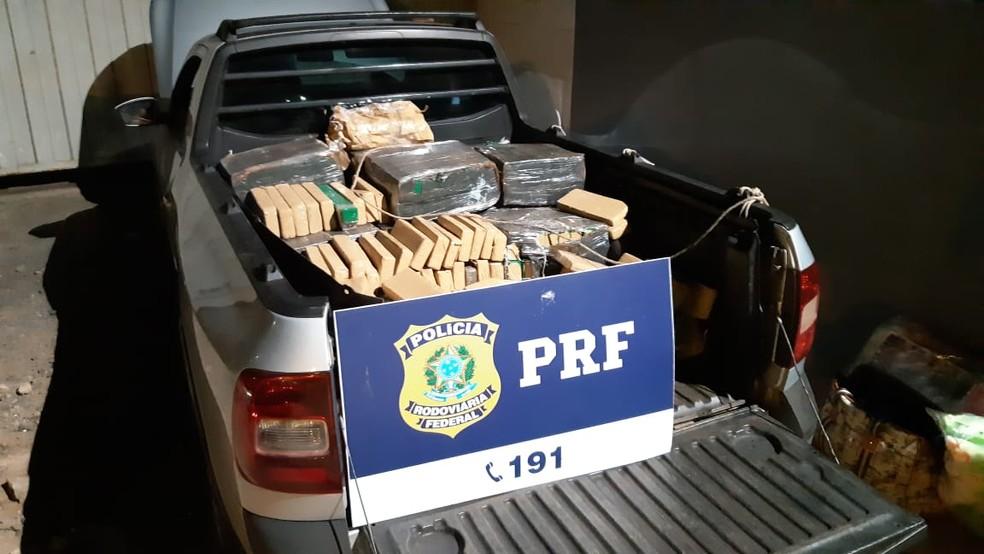 Mais de 423 kg de maconha eram transportados em veículo; homem foi detido — Foto: Polícia Rodoviária Federal/Divulgação