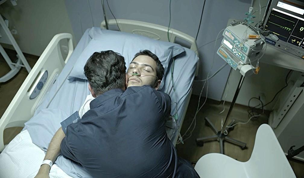 Vinícius (Antonio Benício) morre nos braços do pai, Raul (Murilo Benício) — Foto: Globo