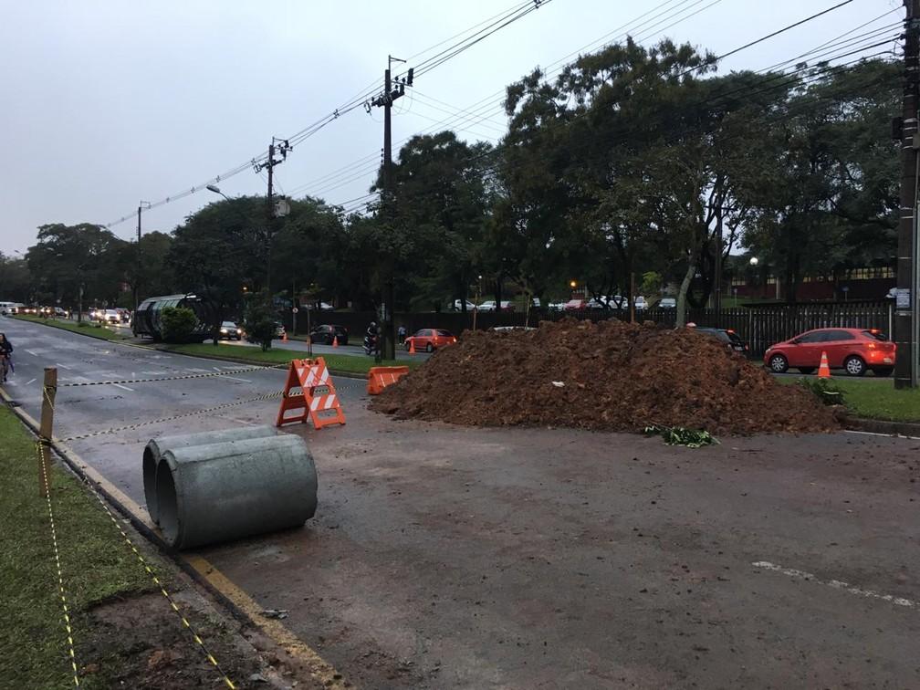 Obra deixa o trânsito complicado na região do Jardim Botânico de Curitiba — Foto: Júlio Barros/RPC