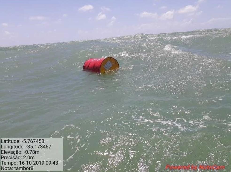 Barril fechado e com líquido dentro foi encontrado pela Marinha no litoral potiguar — Foto: Divulgação/Marinha do Brasil