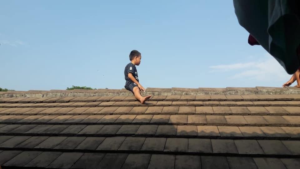O menino ficou duas horas no telhado (Foto: Reprodução/Facebook)