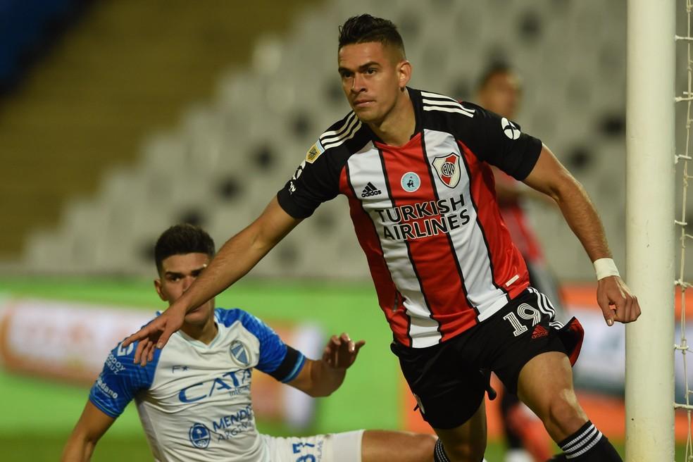 Borré comemora um de seus gols na goleada do River Plate sobre o Godoy Cruz — Foto: Reprodução/Twitter