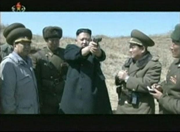 Kim Jong-un manuseia pistola durante treinamento do exército (Foto: KRT via Reuters)