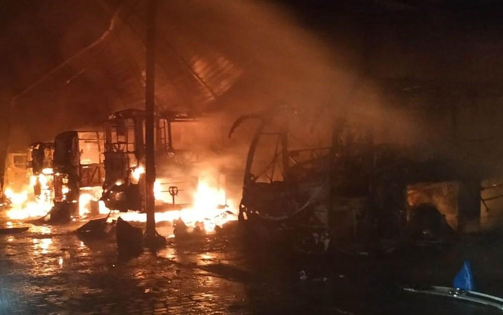 Conforme a polícia, os homens chegaram a bordo de dois carros, por volta das 3h. Em seguida, renderam o vigilante e tocaram fogo nos veículos. — Foto: Polícia Militar / Divulgação