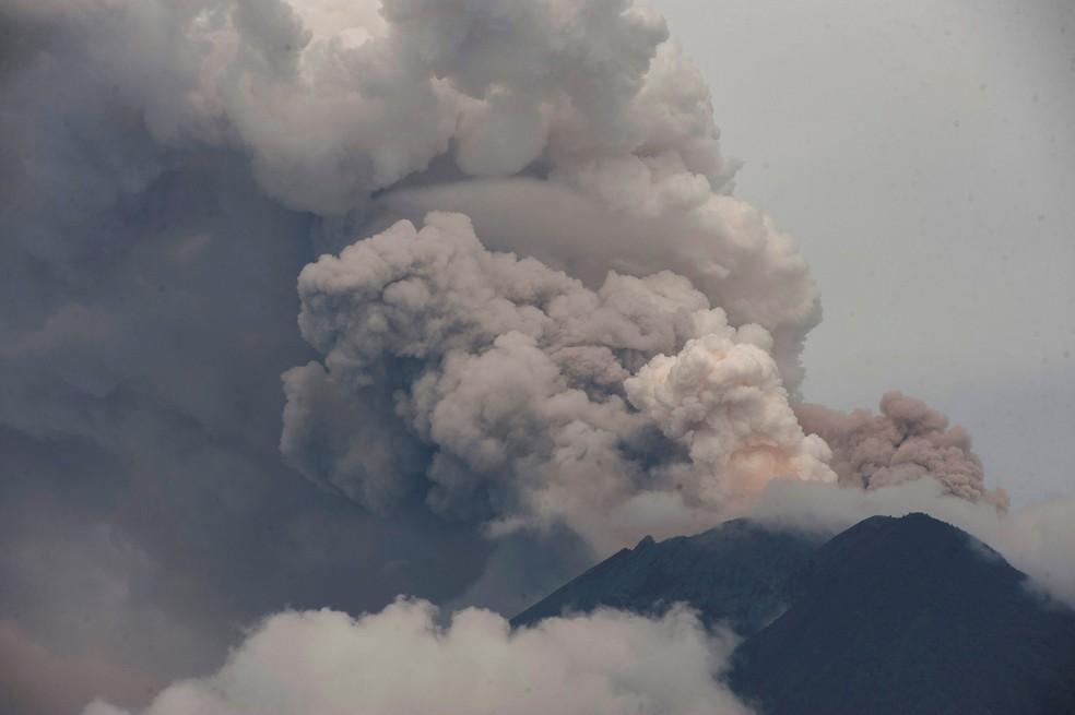 Erupção do vulcão do mundo Agung é vista de Karangasem, em Bali, na Indonésia (Foto: Antara Foto/Nyoman Budhiana/ Reuters)
