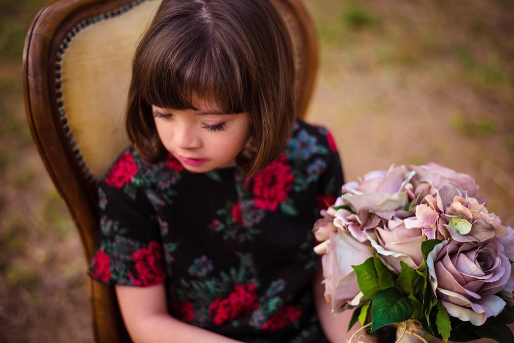 Livro conta a história de menina de 9 anos em MG em um mundo mágico (Foto: Tatane Borges)