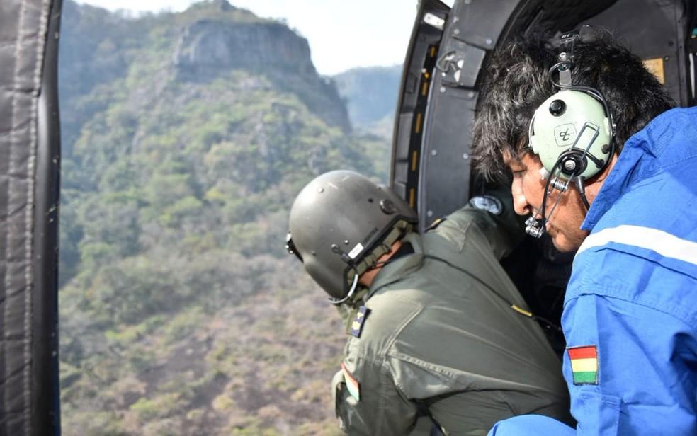 O presidente da Bolívia, Evo Morales, observa de helicóptero incêndio de floresta em Santa Rosa, na terça-feira (27) — Foto: Courtesy of Bolivian Presidency/Handout via Reuters