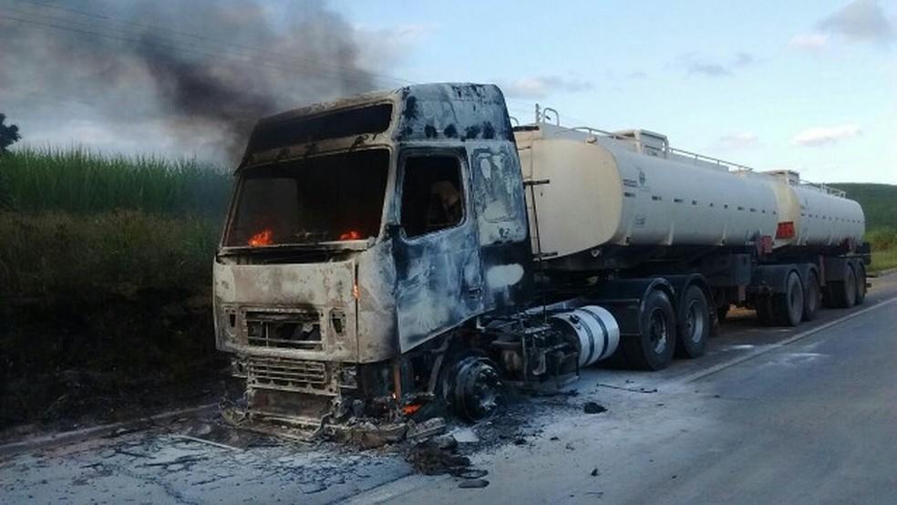 Caminhão pegou fogo no Km 134 da BR-101, no sentido Alagoas da rodovia (Foto: Polícia Rodoviária Federal/Divulgação)
