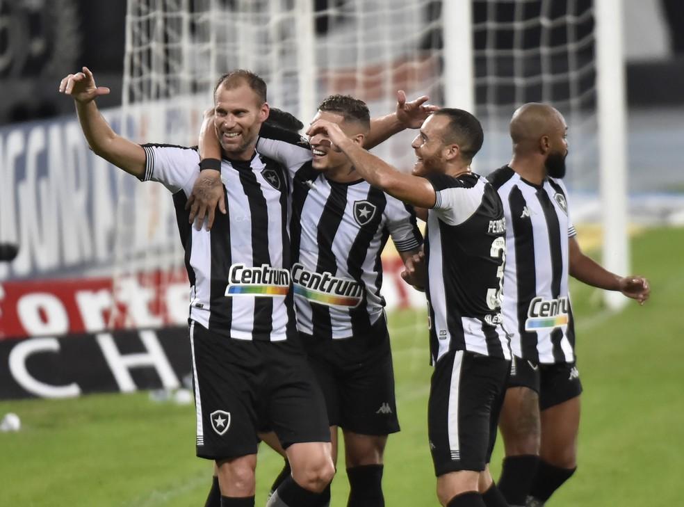 Carli comemora seu gol pelo Botafogo contra o Brasil de Pelotas — Foto: André Durão