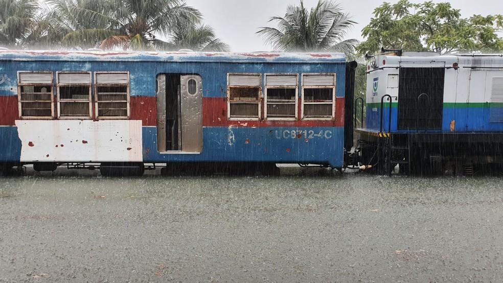 Linha férrea alagada na manhã desta sexta-feira em João Pessoa — Foto: Everaldo Ricardo/CBTU/Arquivo Pessoal