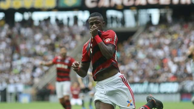 Vinicius Junior beija a camisa do Flamengo após o golaço, o primeiro do jogo