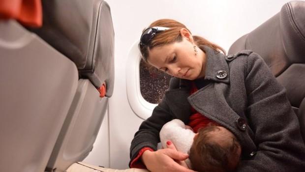 A companhia aérea holandesa KLM afirma ter como política pedir às mães que se cubram para amamentar a bordo caso outros passageiros reclamem (Foto: ISTOCK / GETTY IMAGES VIA BBC)