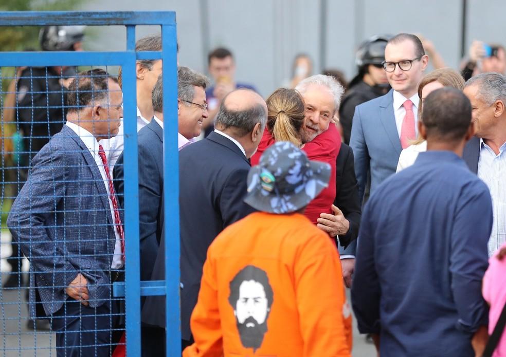 Ex-presidente recebeu abraços ao deixar a sede da Polícia Federal, em Curitiba, nesta sexta-feira (8) — Foto: Giuliano Gomes/PR Press