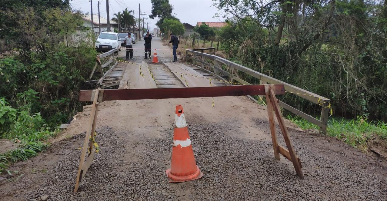 Defesa Civil interdita ponte de madeira em Tubarão após estrutura ser danificada por ônibus no domingo - Notícias - Plantão Diário