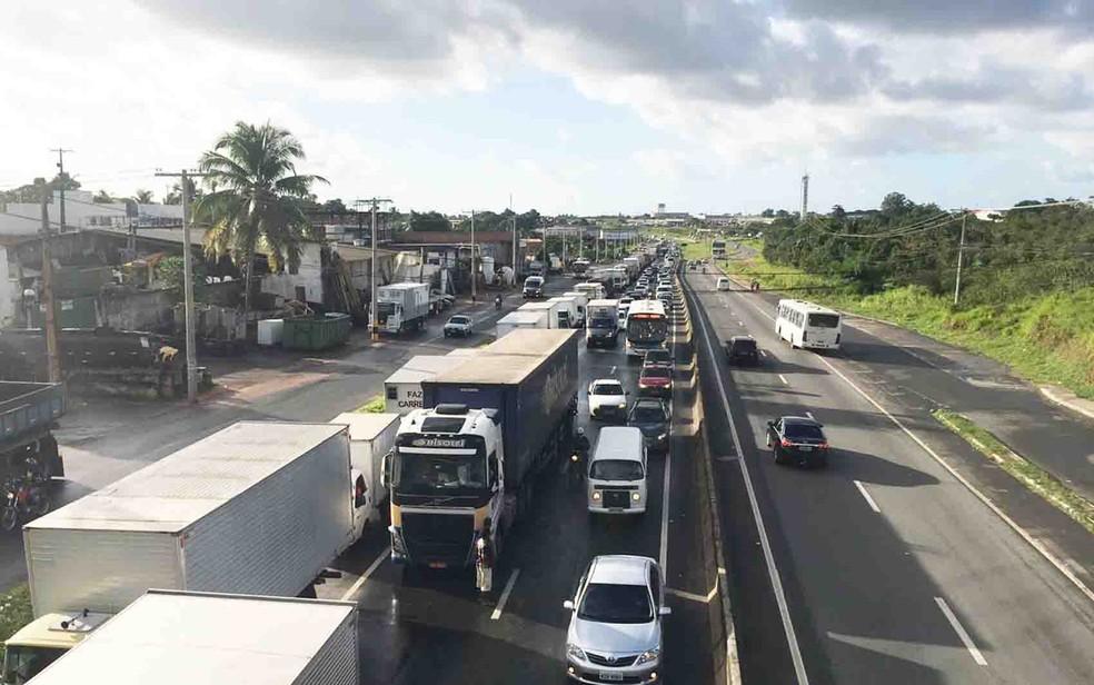 Protesto de caminhoneiros na BA-526, em Simões Filho, na Bahia (Foto: Juliana Almirante/ G1)
